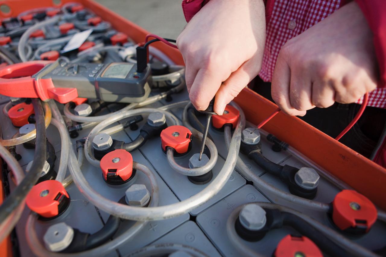 Ein Mann führt einen Kapazitätstest von Antriebsbatterien durch.