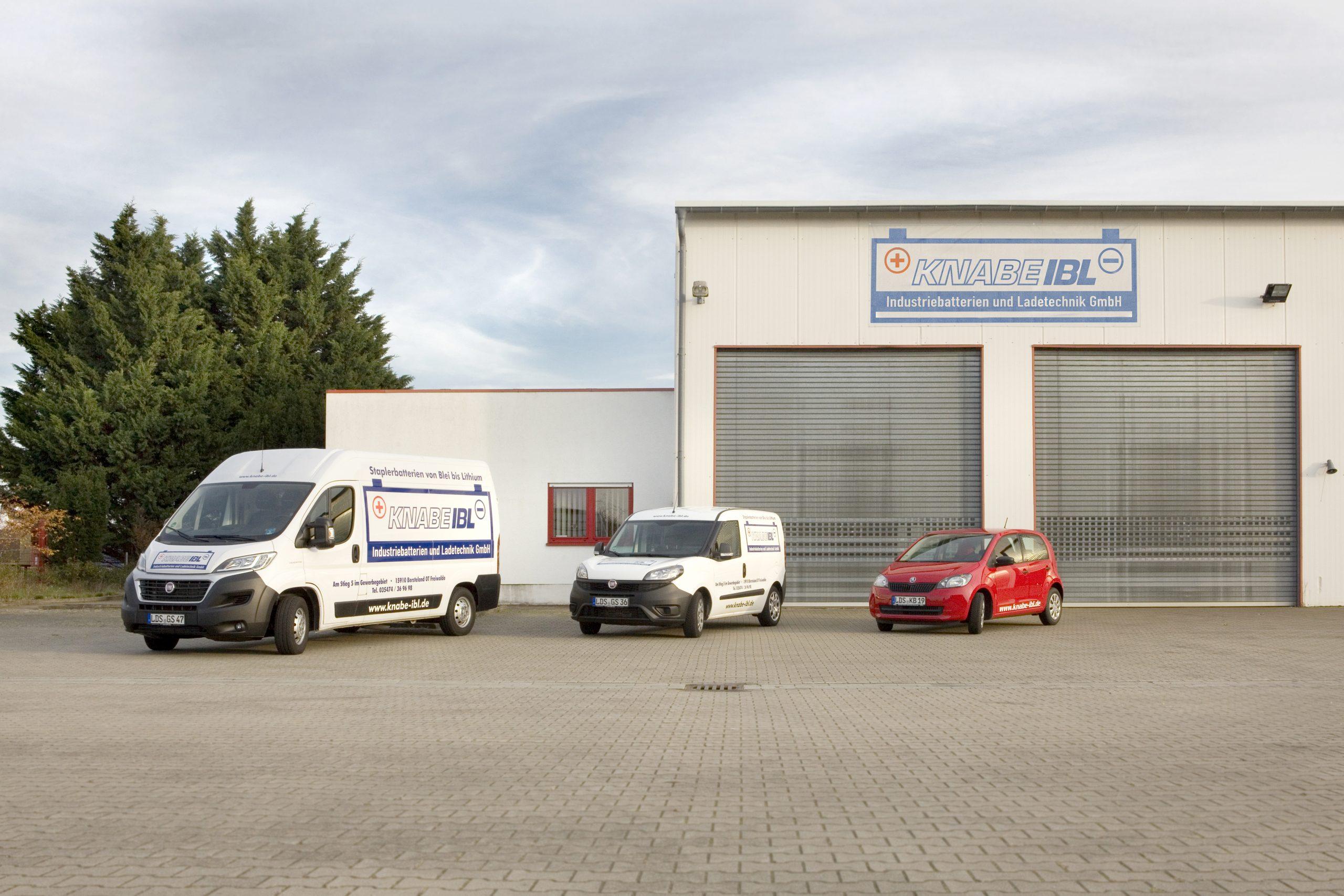 Auf diesem Foto sind Firmenwagen der Firma Knabe IBL – Industriebatterien und Ladetechnik GmbH zu sehen.